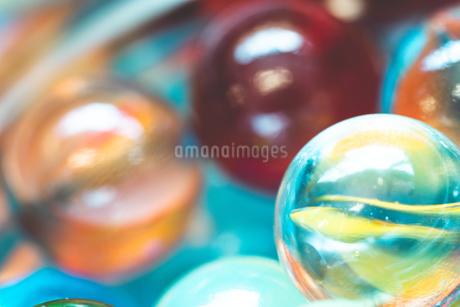 カラフルなビー玉の写真素材 [FYI01251973]