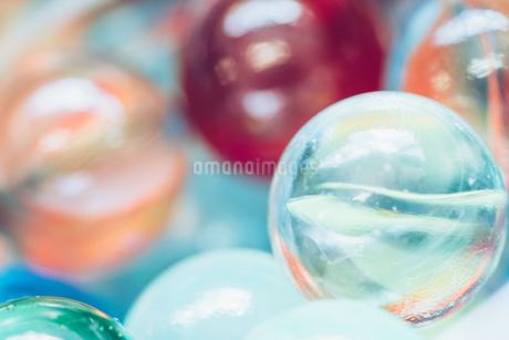 カラフルなビー玉の写真素材 [FYI01251974]