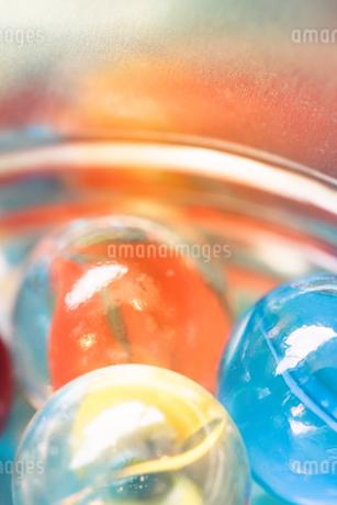 カラフルなビー玉の写真素材 [FYI01251977]