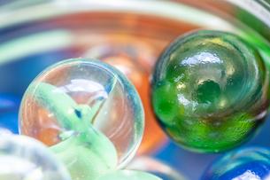 カラフルなビー玉の写真素材 [FYI01251981]