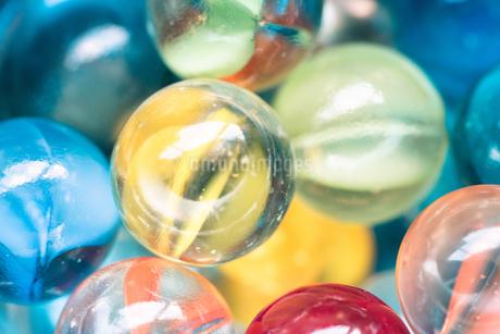 カラフルなビー玉の写真素材 [FYI01251983]