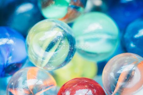 カラフルなビー玉の写真素材 [FYI01251984]