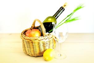 バスケットに入ったワインとリンゴ、とワイングラスの写真素材 [FYI01252105]