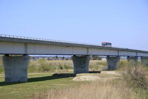 橋を渡るバスの写真素材 [FYI01252138]