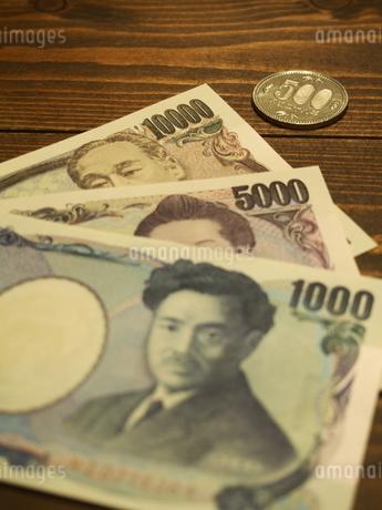 お札と五百円硬貨10の写真素材 [FYI01252204]