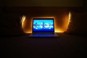 パソコンと間接照明の写真素材 [FYI01252209]