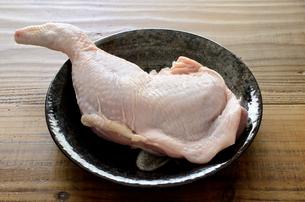 骨付き鶏もも肉の写真素材 [FYI01252362]