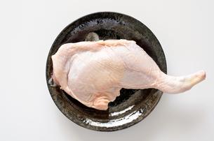 骨付き鶏もも肉の写真素材 [FYI01252368]