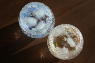 グラスと夕暮れの写真素材 [FYI01252406]