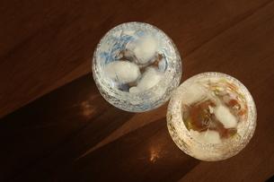 グラスと夕暮れの写真素材 [FYI01252407]