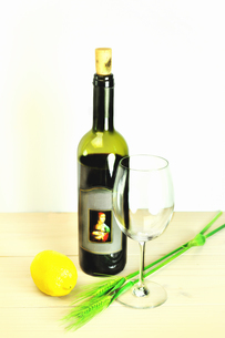 テーブルの上のワインボトルとワイングラスの写真素材 [FYI01252410]