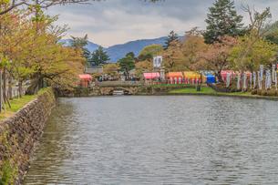 春の米沢城跡の舞鶴橋の風景の写真素材 [FYI01252458]