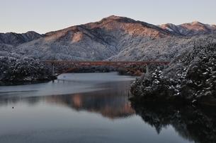 宮ヶ瀬湖の冬の朝の写真素材 [FYI01252503]