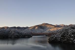 宮ヶ瀬湖の冬の朝の写真素材 [FYI01252512]
