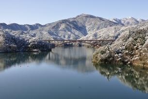 雪景色の宮ヶ瀬湖の写真素材 [FYI01252645]
