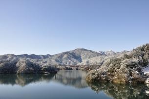 雪景色の宮ヶ瀬湖の写真素材 [FYI01252647]