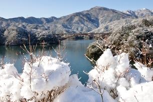 雪景色の宮ヶ瀬湖の写真素材 [FYI01252654]