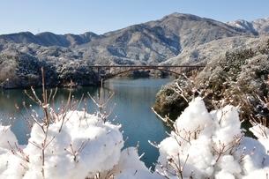 雪景色の宮ヶ瀬湖の写真素材 [FYI01252655]