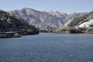 宮ヶ瀬湖と雪の丹沢山地の写真素材 [FYI01252659]
