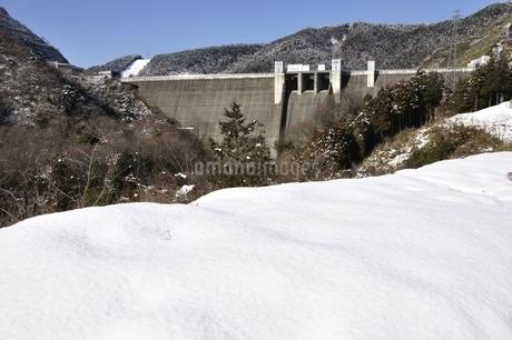 雪景色の宮ヶ瀬ダムの写真素材 [FYI01252660]