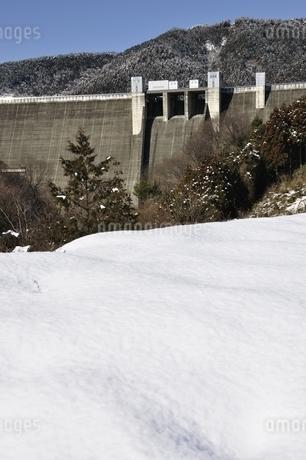 雪景色の宮ヶ瀬ダムの写真素材 [FYI01252661]