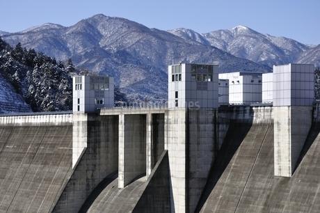 宮ヶ瀬ダムと雪山の写真素材 [FYI01252662]