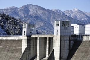 宮ヶ瀬ダムと雪山の写真素材 [FYI01252663]