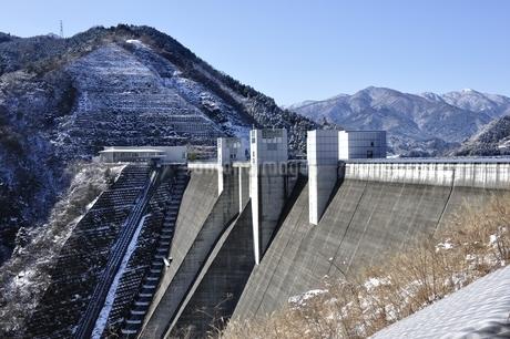 宮ヶ瀬ダムと雪山の写真素材 [FYI01252664]