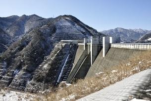 宮ヶ瀬ダムと雪山の写真素材 [FYI01252665]