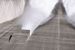 宮ヶ瀬ダム 観光放流の写真素材 [FYI01252674]