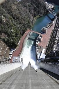 宮ヶ瀬ダム 観光放流の写真素材 [FYI01252676]