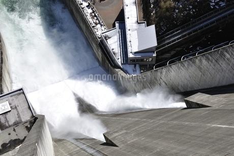 宮ヶ瀬ダム 観光放流の写真素材 [FYI01252678]