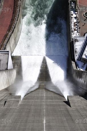 宮ヶ瀬ダム 観光放流の写真素材 [FYI01252691]