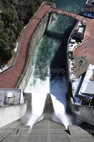 宮ヶ瀬ダム 観光放流の写真素材 [FYI01252693]