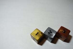 金銀銅のサイコロの写真素材 [FYI01252713]