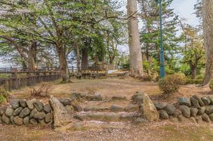 春の米沢城跡の御三階櫓趾にたつ上杉曦山公碑の風景の写真素材 [FYI01252752]