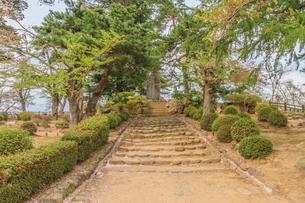 春の米沢城跡の御三階櫓趾にたつ上杉曦山公碑の風景の写真素材 [FYI01252753]