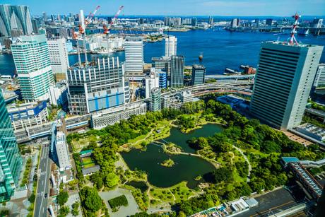旧芝離宮恩賜庭園と東京の街並みの写真素材 [FYI01253162]