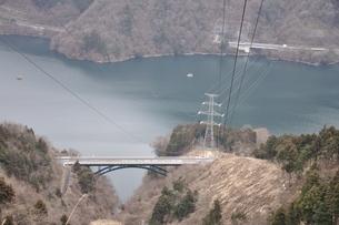山と湖を渡る送電線の写真素材 [FYI01253177]