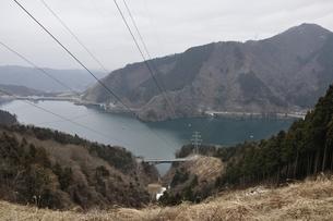 山と湖を渡る送電線の写真素材 [FYI01253187]