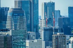 東京の街並みと建設中のビルの写真素材 [FYI01253194]