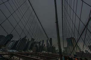 ブルックリンブリッジとニューヨークの街並みの写真素材 [FYI01253210]