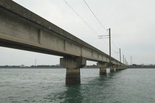 川の上に架けられた鉄道橋の写真素材 [FYI01253347]