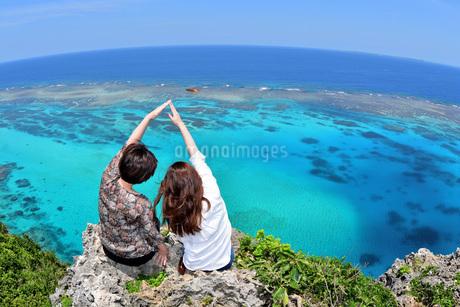 宮古島/伊良部島の三角点と若い女性の写真素材 [FYI01253493]
