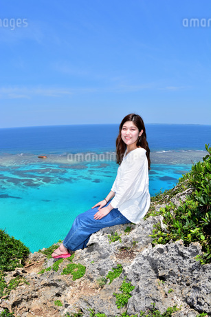 宮古島/伊良部島の三角点と若い女性の写真素材 [FYI01253501]
