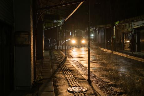 雨の夜道を走る車の写真素材 [FYI01253529]