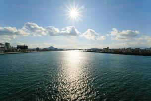 橋の上から川を見下ろすの写真素材 [FYI01253772]