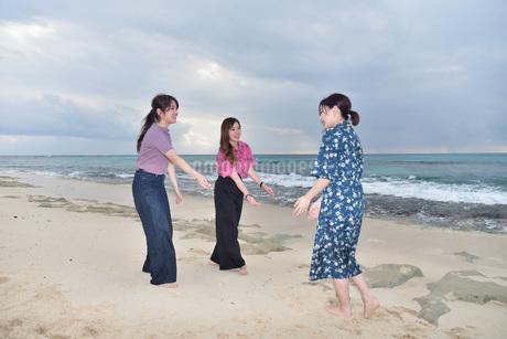 宮古島/冬のビーチでポートレート撮影の写真素材 [FYI01253952]