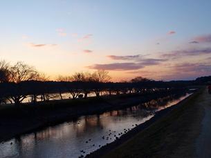 夕暮れの川辺の写真素材 [FYI01254070]