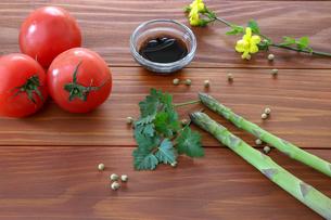 アスパラガスとトマトの写真素材 [FYI01254120]